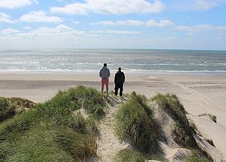 I kan nyde udsigten over Vesterhavet og stranden i Houstrup fra de høje klitter