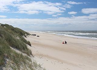 Stranden i Houvig er en bred sandstrand med flere bunkere og høje klitter