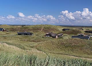 Sommerhusene i Houvig er beliggende i det naturskønne og kuperede klitlandskab bag stranden