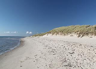Udsigt mod syd fra den dejlige sandstrand i Hulsig