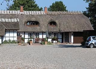Den Gamle Digegård er et hyggeligt spisested bag stranden i Hummingen