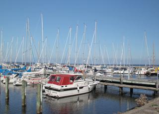 Der Jachthafen in Hvalpsund voller Atmosphäre liegt dicht am Badestrand