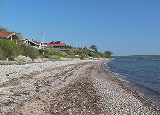Sommerhuse langs kysten i ferieområdet Hvidbjerg