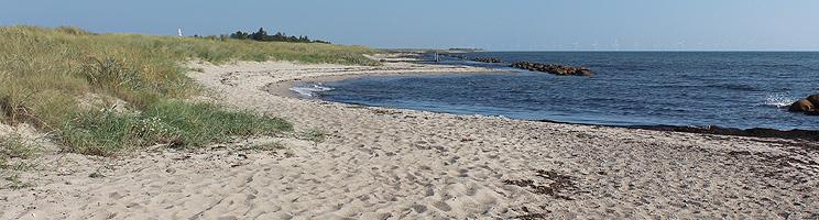 Små bugter med sandstrand i sommerhusområdet Hyldtofte