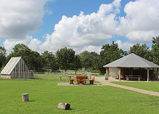 I kan benytte et stort fællesområde med bl.a. grillplads og klappedyr i Jegum Feriepark