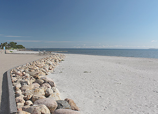 Sandbjerg Vig er en dejlig, bred sandstrand i Juelsmindes nordlige del