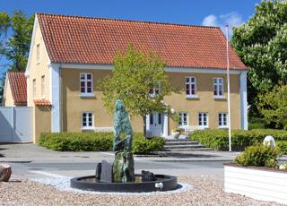 Skulptur und Gerichtsgebäude in der Stadt Vestervig, dicht beim Ferienhausgebiet