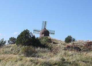 Hügeliges Dünengebiet und eine alte Windmühle bei Kandestederne