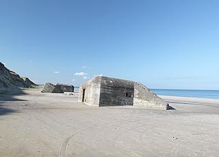 Sandbadestrand med bunkere ved Kandestederne