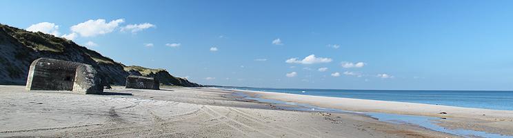 Bunkere på den brede sandstrand ved Kandestederne