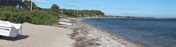Sommerhuse langs badestranden i ferieområdet Kelstrup