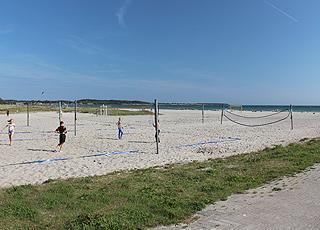 Volleybollbanor på den vita sandstranden, Nordstranden, i Kerteminde