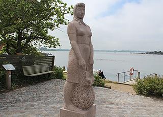 Granitstatuen Amanda ved Langebro i Kerteminde er byens vartegn