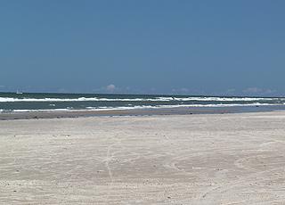 Den brede sandstrand i Kjul