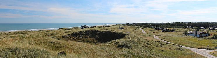 Sommerhuse i grønne omgivelser ved Kjul Strand