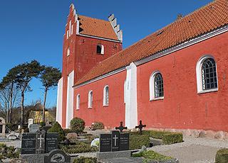 Die schöne rote Kirche in Byrum