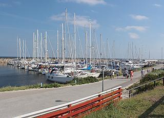 Der gemütliche Jachthafen liegt dicht am Badestrand von Østerby