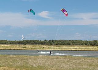 Kitesurfer zwischen dem Ferienhausgebiet Vesterø Syd und Stokken auf Læsø