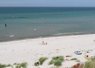 Der schöne Sandstrand in Vesterø bietet seichtes, klares Wasser, weichen Sand und vor Wind schützenden Dünen
