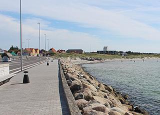 Die Hafenpromenade in Vesterø, die vom Fährhafen zur Stadt und zum Strand führt