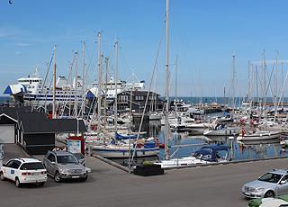 Der stimmungsvolle Hafen in Vesterø auf der Insel Læsø mit Fähren, Segel- und Fischerbooten