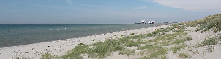 Dicht am Fährhafen in Vesterø liegt ein schöner, kinderfreundlicher Sandbadestrand mit Dünen