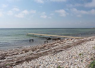 Badesteg am Strand im Ferienhausgebiet Langø auf  Nordfünen