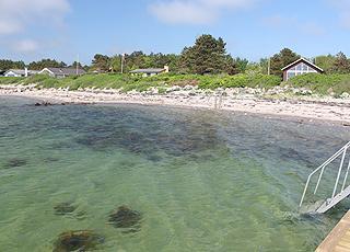 Aussicht auf die Ferienhäuser hinter dem Strand im Urlaubsgebiet Langø auf  Nordfünen