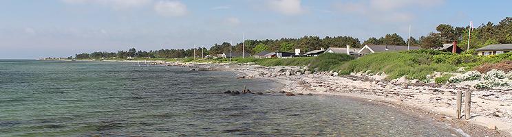 Ferienhäuser hinter dem Badestrand im  Urlaubsgebiet Langø auf  Nordfünen