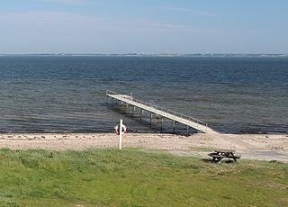 Langer Badesteg am Strand im Ferienhausgebiet Lihme