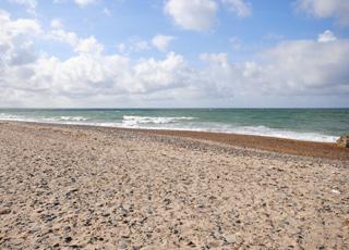 Den brede sandstrand ved Lild Strand