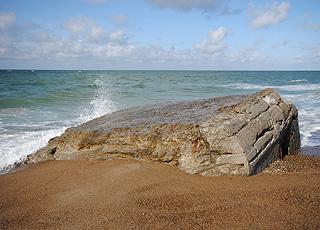 Rest von Bunker am Rand des Wassers bei Lild Strand