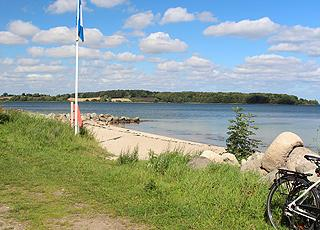 Fin badestrand med blåt flag ved sommerhusområdet Løjt