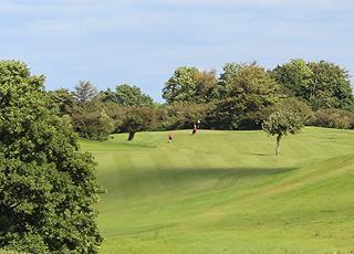 Aabenraa Golfklubs fine og velplejede golfbane ligger meget tæt på ferieområdet Løjt