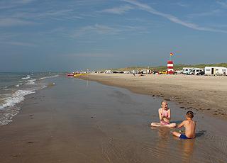 Kinder am Rand des Wassers am Løkken Strand