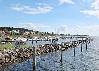 Udsigt mod den charmerende lystbådehavn i Lohals på Langeland