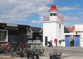 Lille fyrtårn på havnen i ferieområdet Lohals