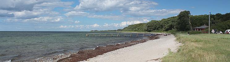 Lang badebro ved stranden i sommerhusområdet Lohals på Langeland