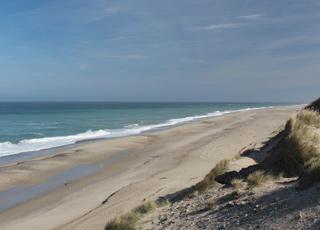 Udsigt over den brede sandstrand ved Vesterhavet i Lyngby, Thy
