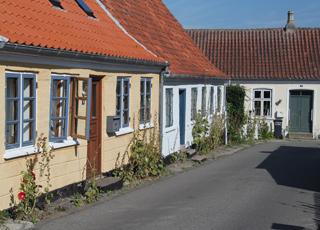 Charmante Straßen mit alten Häusern und Stockrosen im Zentrum von Marstal