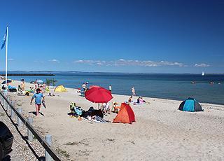 Skøn badestrand med blåt flag i ferieområdet Mommark