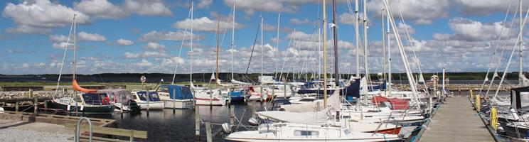 Der gemütliche Limfjordhafen mit Segel-, Motor- und Fischerbooten in Mou