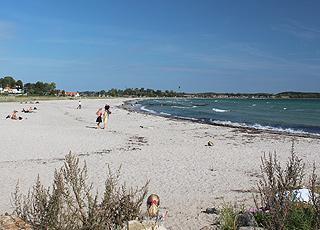 Den brede Kerteminde Nordstrand ligger kun 8 km fra Munkebo