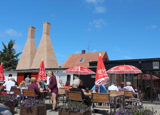En sommerdag på restauranten ved Nexø Røgeri