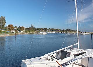 Sommerhuse langs kysten ud mod den hyggelige havn i Norsminde