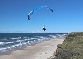 Paraglider over stranden og klinten i Nr. Lyngby