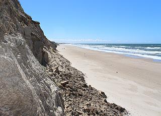 Den brede sandstrand neden for de stejle skrænter i Nr. Lyngby