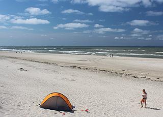 En sommerdag med badegæster på stranden i Nr. Lyngvig