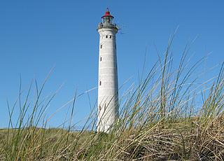 Det smukke, 36 meter høje Lyngvig Fyr ligger i et kuperet klitområde i Nr. Lyngvig