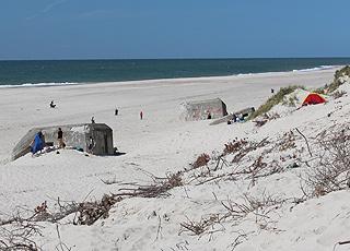 Rester af Atlantvolden ligger langs med klitterne på Nymindegab Strand